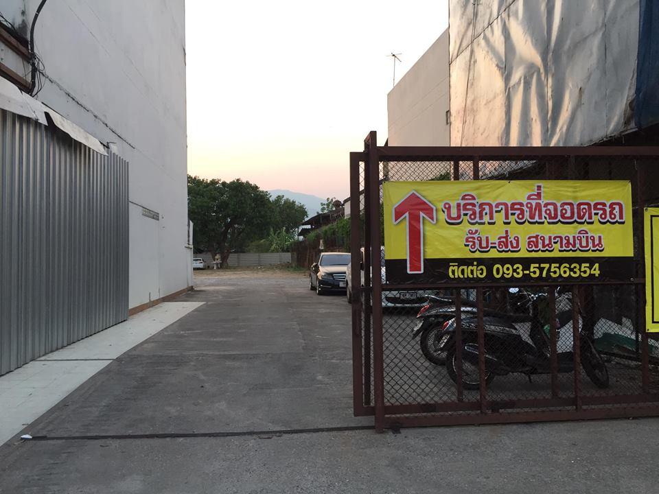 ที่จอดรถสนามบินเชียงใหม่-ประตูทางเข้า
